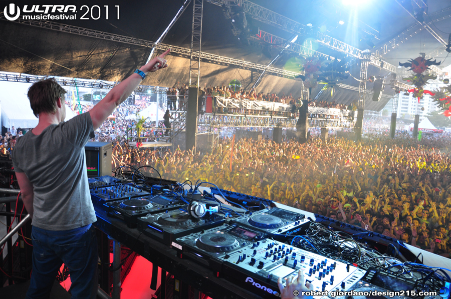 2011 Ultra Music Festival - Ferry Corsten, State of Trance #1756, photo by Robert Giordano