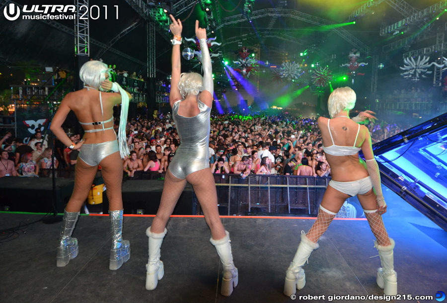 2011 Ultra Music Festival - Dancers during Carl Cox #1996, photo by Robert Giordano