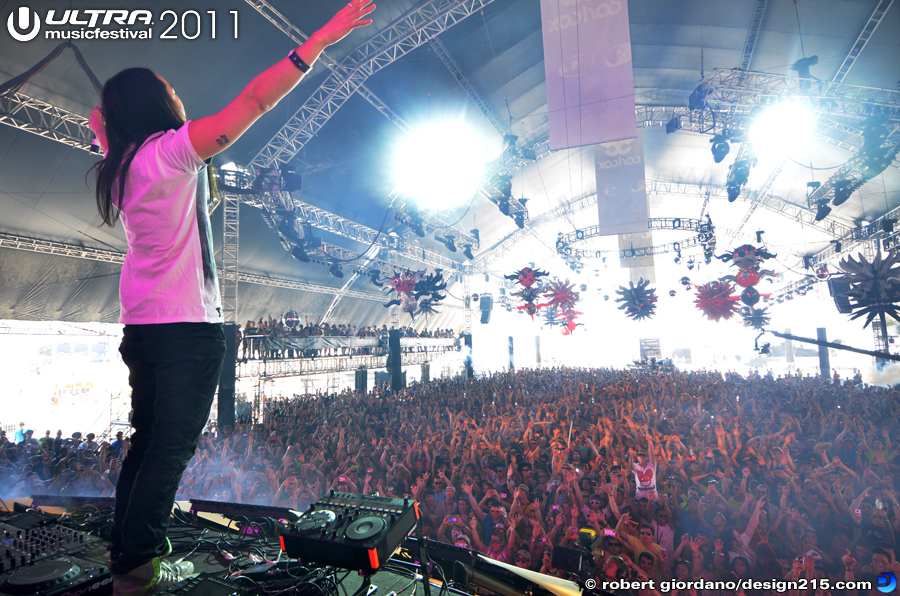 2011 Ultra Music Festival - Steve Aoki, Carl Cox Tent #2240, photo by Robert Giordano