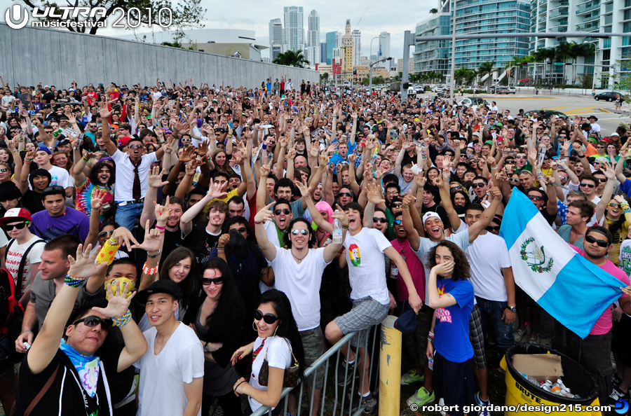 2010 Ultra Music Festival - Huge Crowd at the gate Friday, photo by Robert Giordano