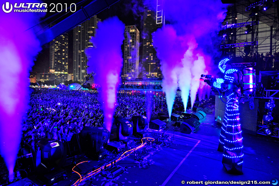 Tiesto with Robots on the Main Stage #5253 - 2010 Ultra Music Festival