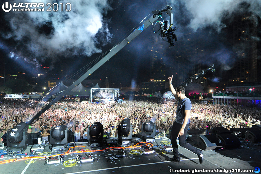 Tiesto waving Goodnight! - 2010 Ultra Music Festival