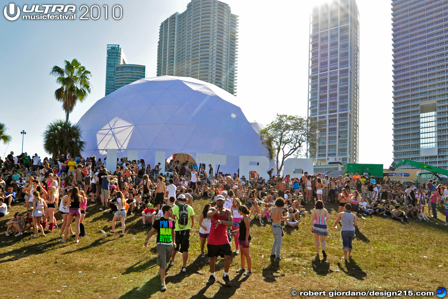 2010 Ultra Music Festival - Relaxing on the Ultra Hill, photo by Robert Giordano