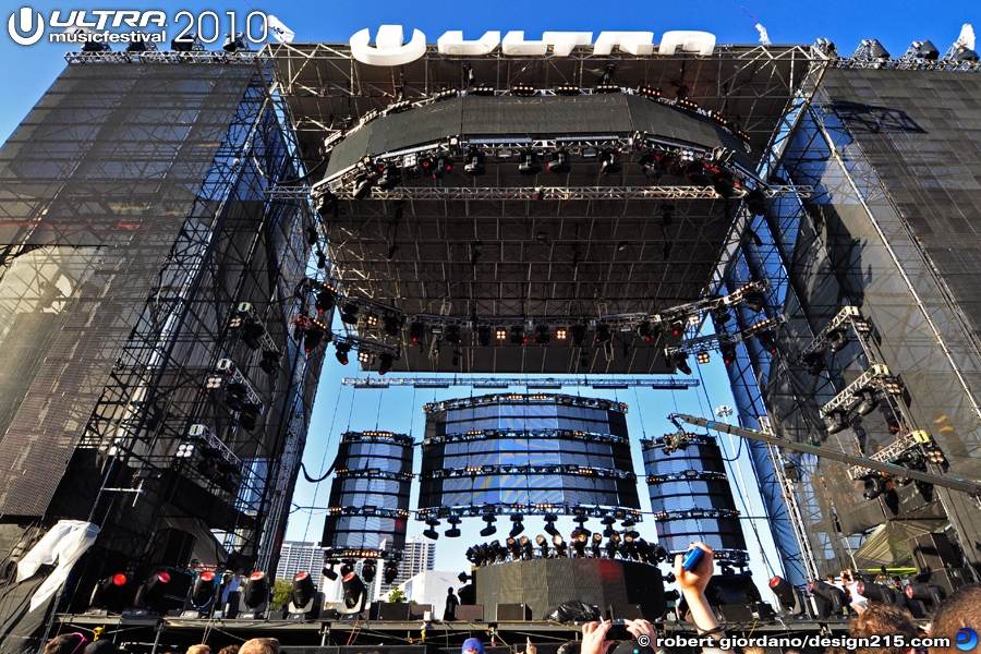 2010 Ultra Music Festival - Ultra Main Stage from the Crowd, photo by Robert Giordano